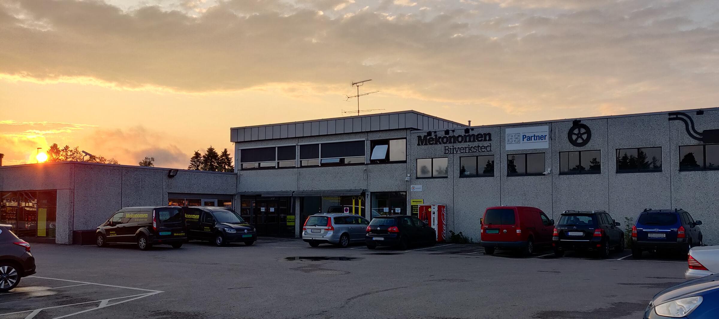 Mekonomen Jessheim Bilverksted - bygning fotografert i solnedgang