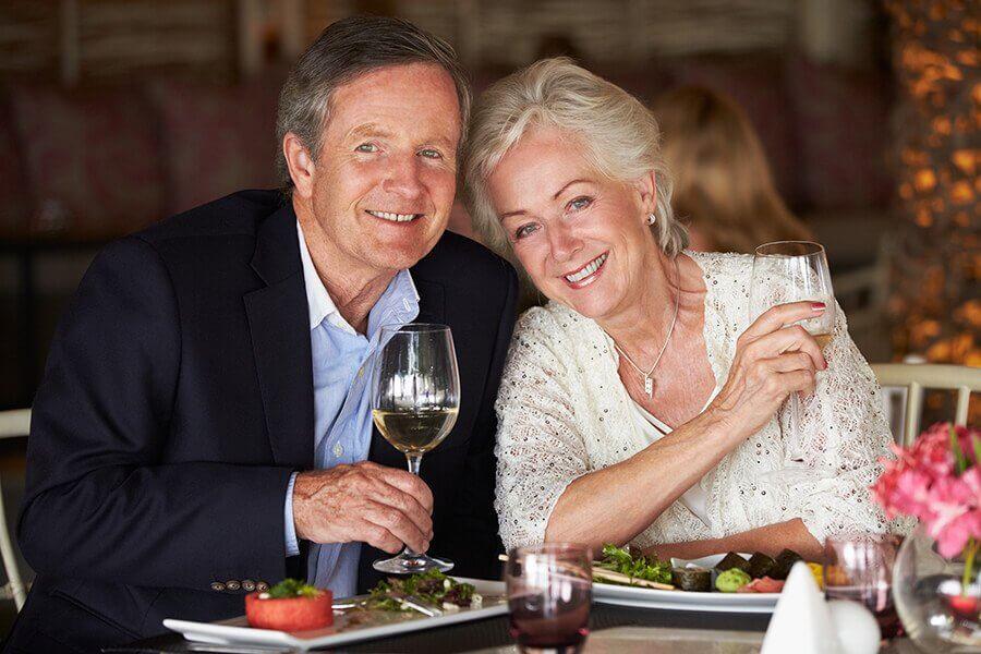 Eldre par ute å spiser på restaurant