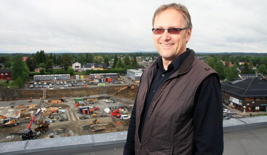 Tore Kværner foran Skovly byggingen